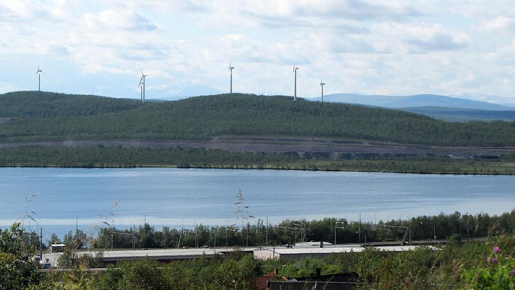 Viscaria med vindkraftverken på och med sjön Luossajärvi framför. Foto: Magdalena Martinsson/Sveriges Radio