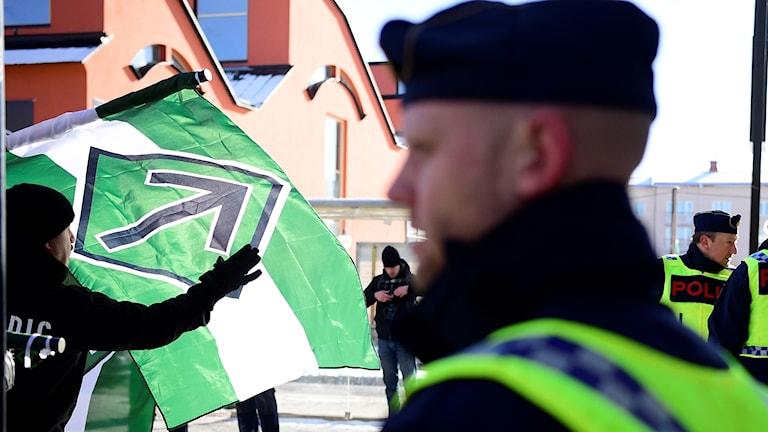 NMR-demonstration med polis i förgrunden.