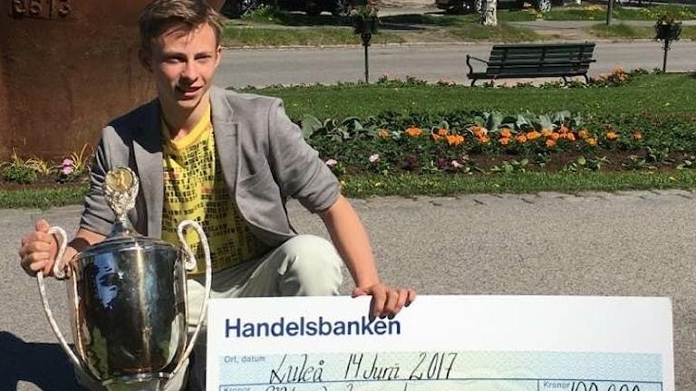 Nikolaj Majorov med buckla och Max idrottsstipendium på 100 000 kronor.