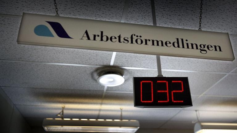 Skylt i taket i Arbetsförmedlingen samt nummerlapp. Foto: Yvonne Åsell, Scanpix