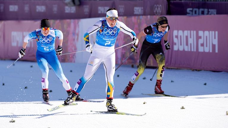 Charlotte Kalla spurtar mot guld i skidstafetten i OS i Sotji 2014.