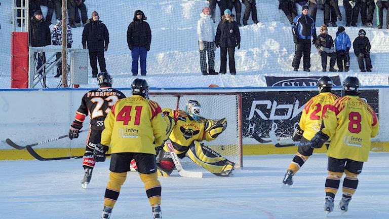 2011 spelades en liknande match på Torneälvens is, då i Pajala. Foto: Robert Hedlund Luleå Hockey