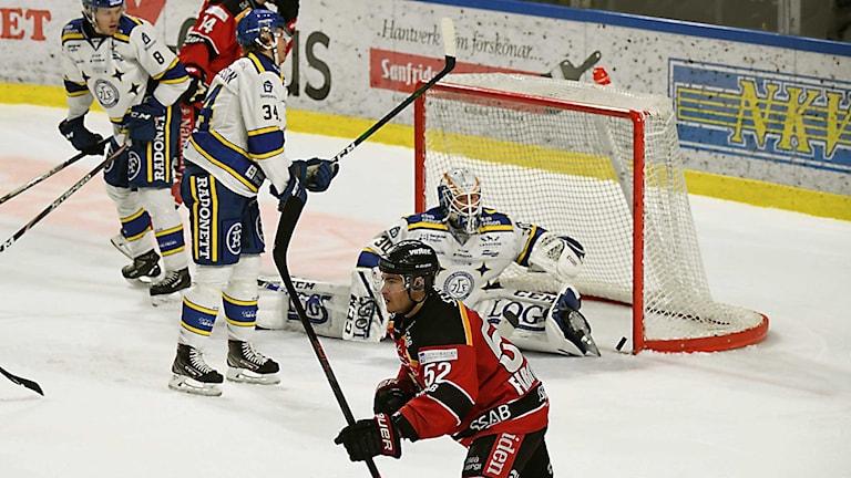 Luleå Hockeys Karl Fabricius jublar efter  mål mot Leksand