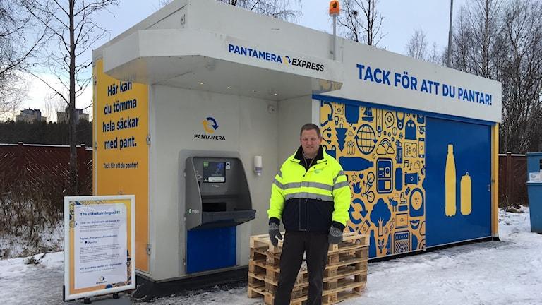 Erik Öhrling, vd på Renhållningen AB framför den nya storpantmaskinen i Luleå,  Pantamera Express.