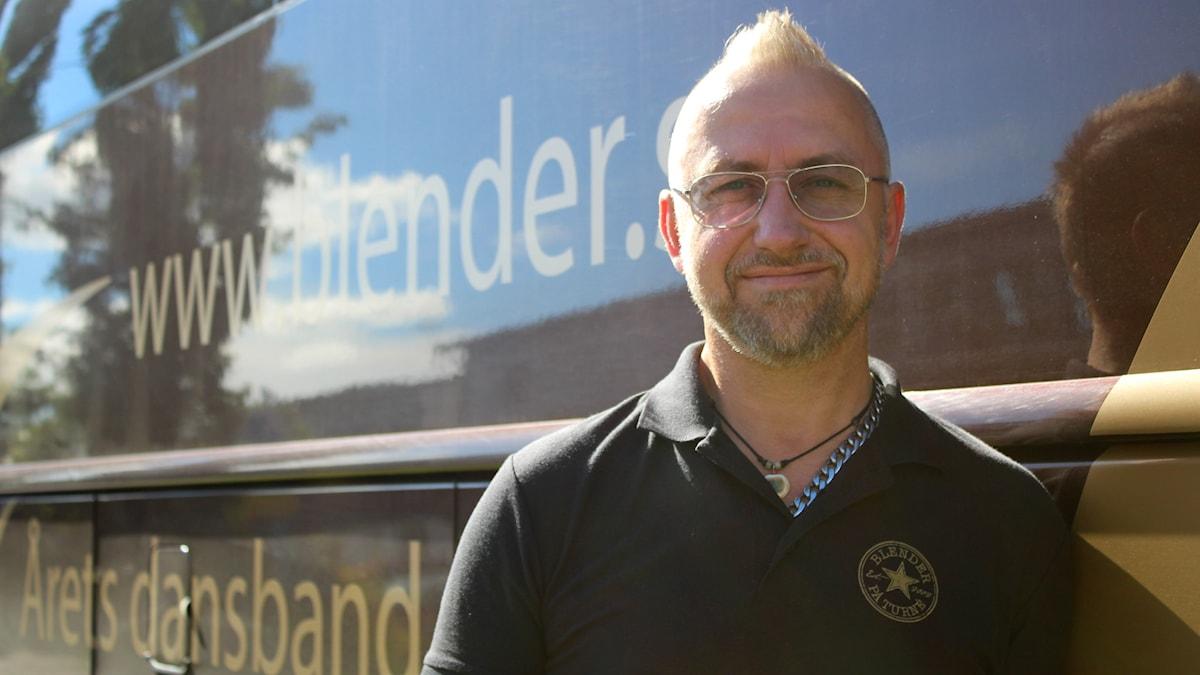 Lasse Lundberg framför Blenders turnébuss.