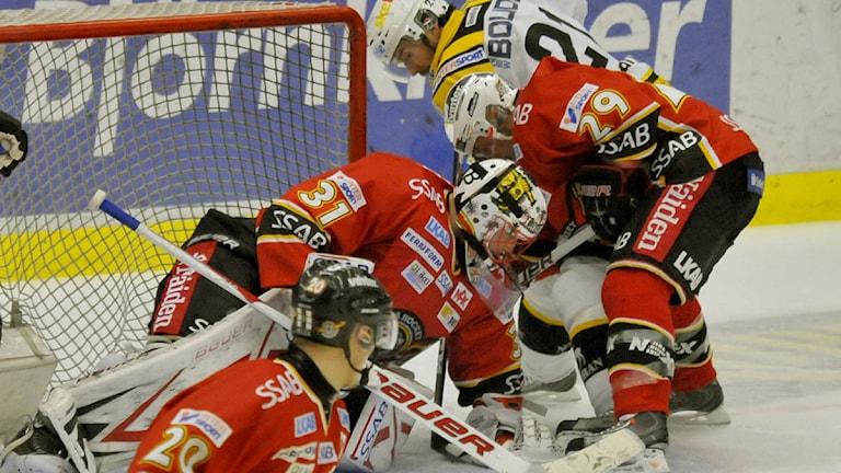 Luleå Hockeys målvakt Anders Nilsson blockerar mot Skellefteå 2011. Foto: Alf Lindbergh/Pressbilder.