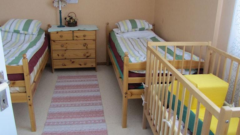 Ett sovrum med två sängar och en barnsäng i kvinnojourens skyddade boende i Kiruna. Foto: Eva Elke, P4 Norrbotten. Sveriges Radio