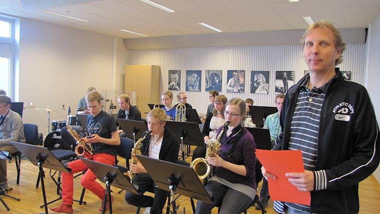 Norrbotten big bands Dan Johansson med en av musikgrupperna. Foto: Inger Marklund/Sveriges Radio.