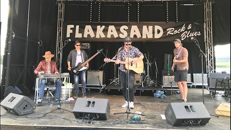Andreas Selberg med band på bluesfestivalen Flakasand.