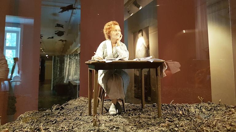 Gud hjälpe vår arma av vanvett slagna planet, så skriver en ung Astrid Lindgren i sin dagbok i början av andra världskriget. Hennes krigsdagböcker är utgångspunkt för utställningen Hela världen brinner som öppnar på försvarsmuseum i Boden nu på lördag. Helena Svanberg är museipedagog på försvarsmuseum.