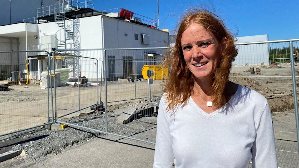 Lilian Nilsson, platschef Polarbröd i Älvsbyn framför bygget av nya fabriken (juni 2021)