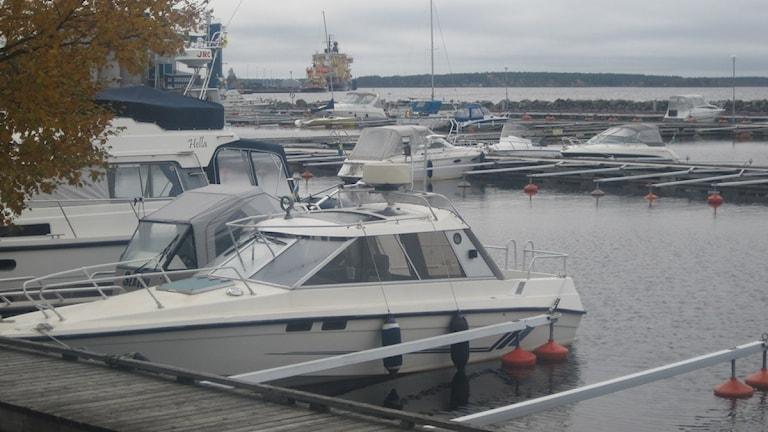 Båtarna ligger lugnt i ettans båthamn i Luleå.