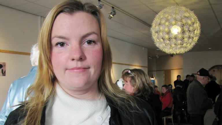 Emilia Töyrä fanns på plats i Folkets hus i Kiruna för att lyssna på Håkan Juholt. Foto: Alexander Linder/Sveriges Radio.