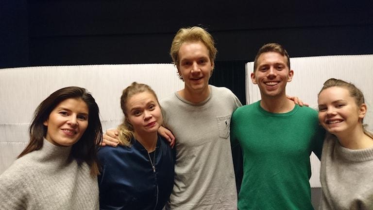 Fem skådespelare från teatergruppen Ung utan pung på scenen på Kulturens hus.