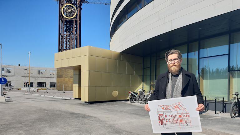 Konstnären Michael Johansson utanför Kiruna stadshus.