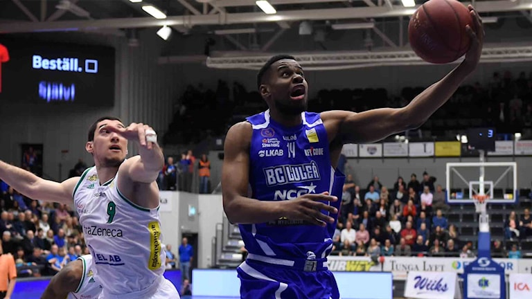BC Luleås Yannick Anzuluni mot Södertälje i basketligan.