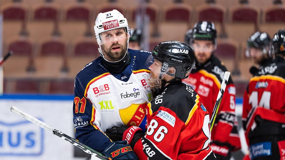 Linus Klasen och Dick Axelsson kramar om varandra efter en närkamp.