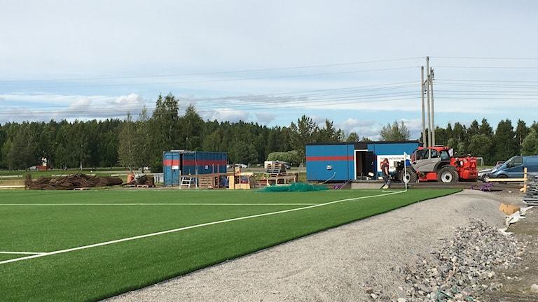 Bygget av en övertryckshall för fotboll pågår vid Noliaområdet i Piteå.
