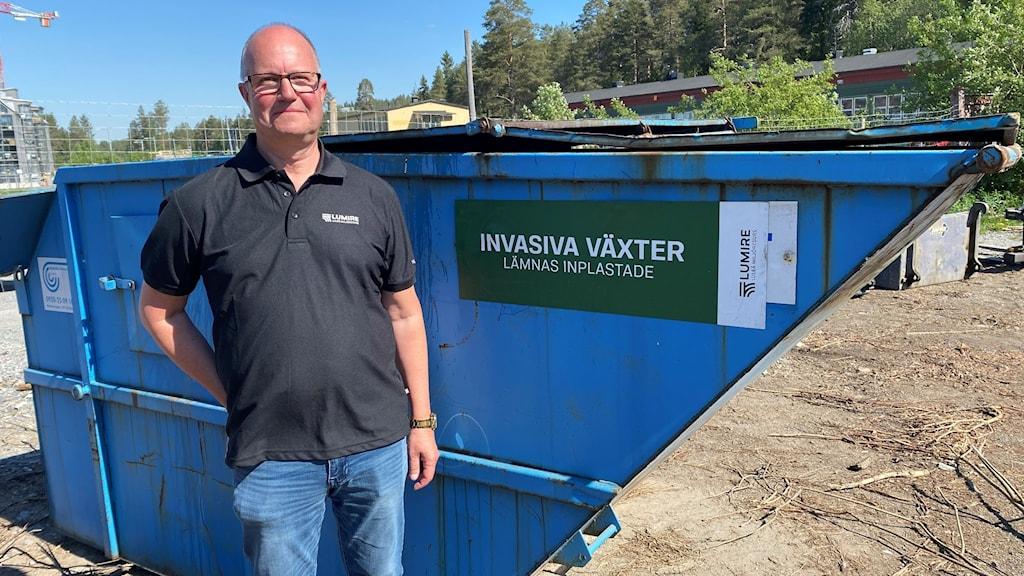 Per-Anders Adolfsson, kvalitet- och miljöchef Lumire, vid containern för invasiva växter på Kronans återvinningscentral i Luleå.