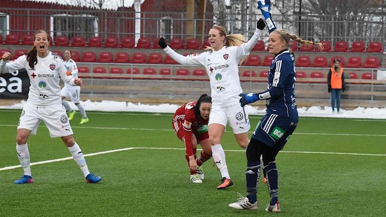 Amanda Ilestedt firar sitt 1-0 mål.