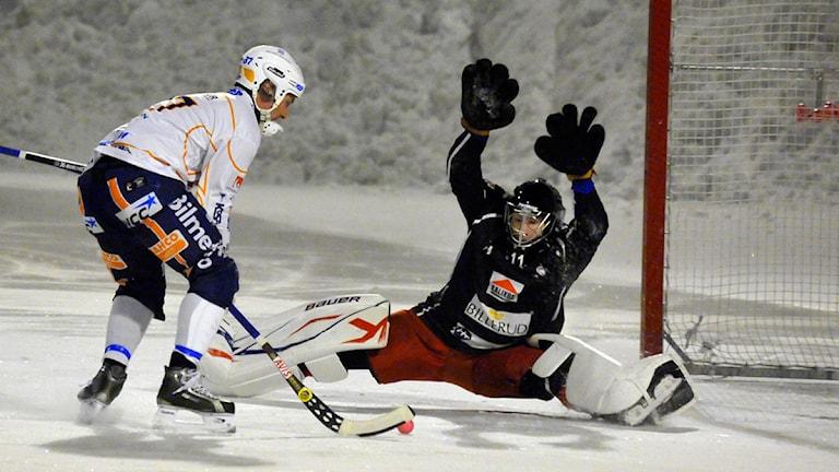 Kalix Bandys målvakt Björn Hellman mot Bollnäs. Foto: Alf Lindbergh/Pressbilder.