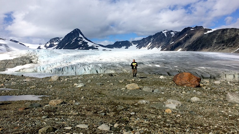 Glaciärprofessor Per Holmlund går omkring där det tidigare legat is.