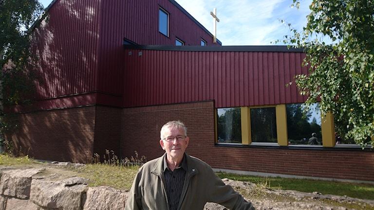 Lars Palo framför Hertsö kyrka.
