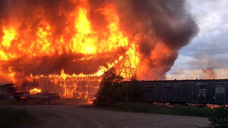Tyskmagasinen i Karlshäll brinner.
