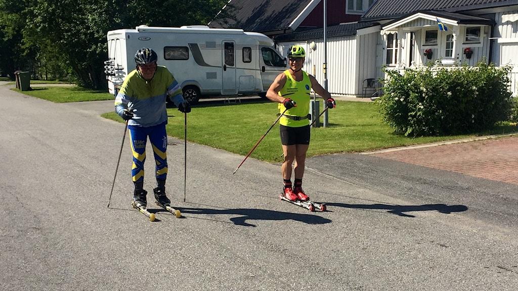 72-åriga Lars-Erik Persson, här med sällskap, försöker åka 22 mil på rullskidor.
