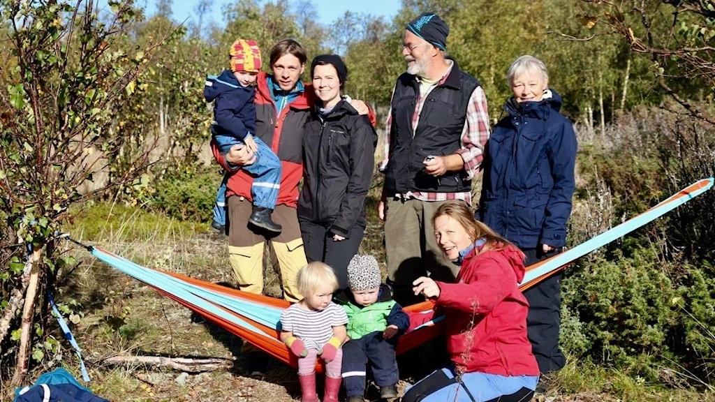 Peter Laudon, i svart väst, fastnade tillsammans med sin familj på Haparanda Sandskär.