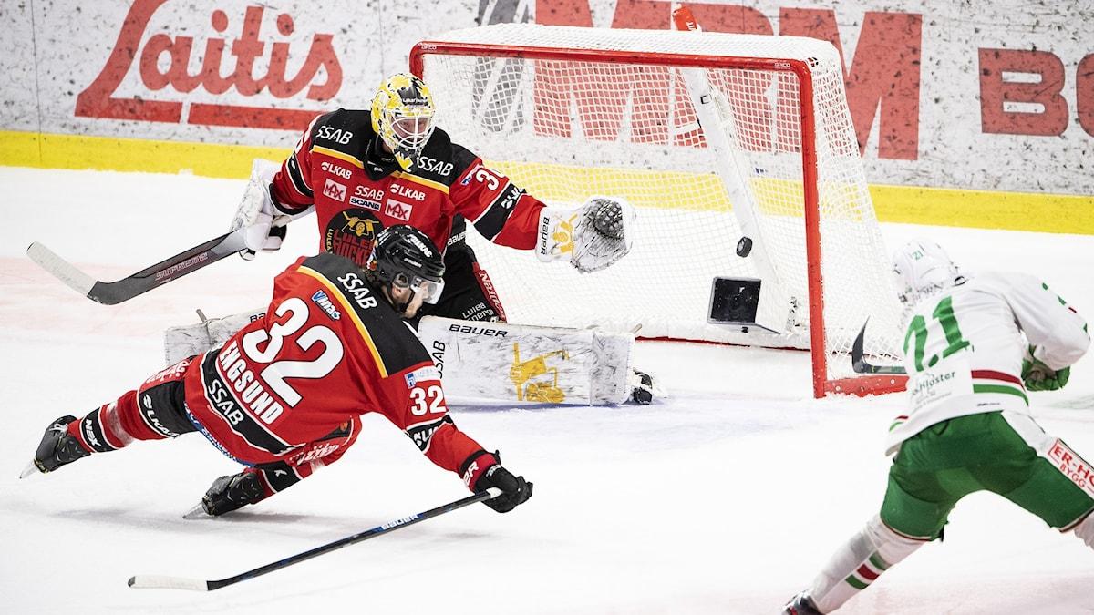 Rögles Nils Höglander gör mål mot Luleå Hockey