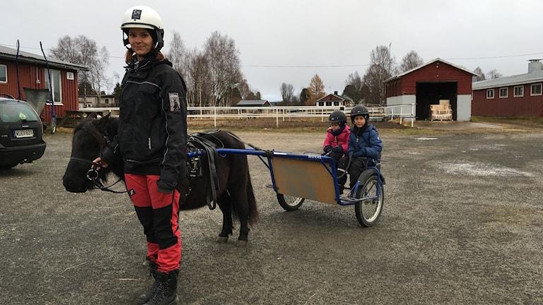 Ellen Nordmark leder hästen Under. Bakom sitter Livia, 4 år och Ossian, 6 år.