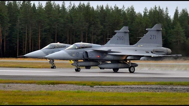 Två Jas 39 Gripen på Luleå-Kallax flygplats. Foto: Alf Lindbergh/Pressbilder.