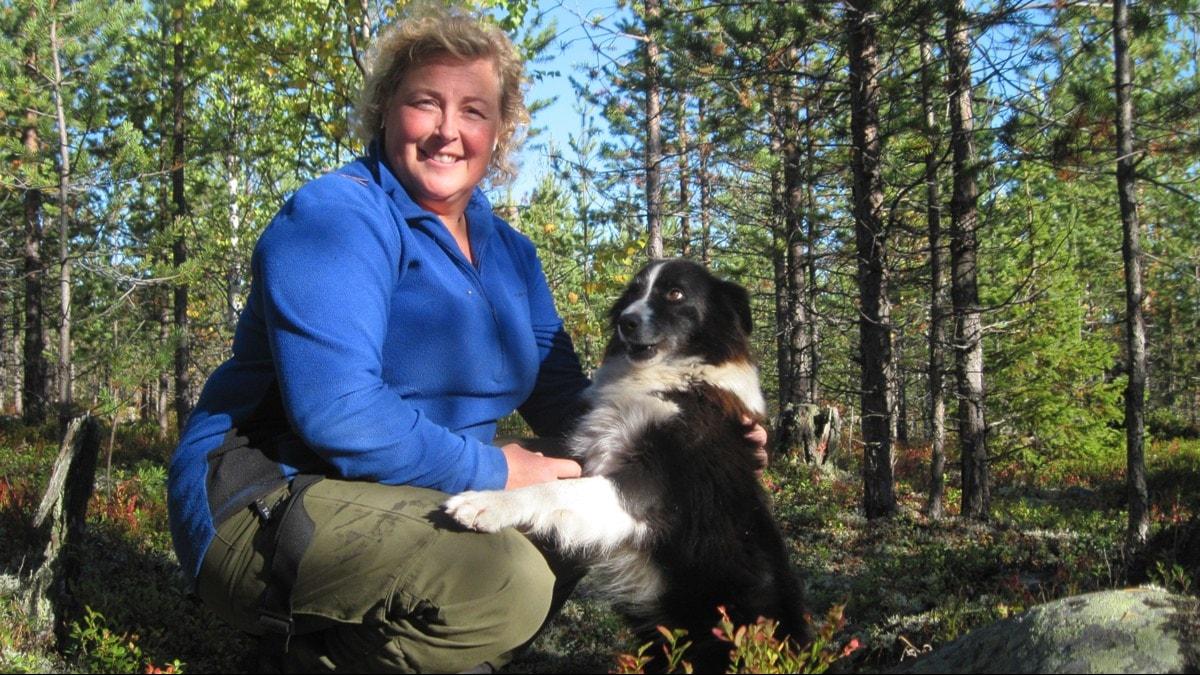 Markägaren Jenny Karlsson sitter i sin skog i Bjumisträsk utanför Kalix.