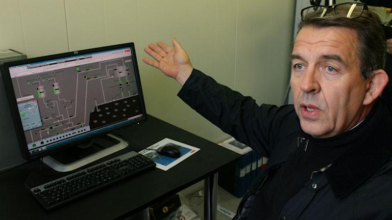 Direktör Per-Erik Lindvall satte igång pumpningen i Leveäniemi. Foto: Alexander Linder/ Sveriges Radio.