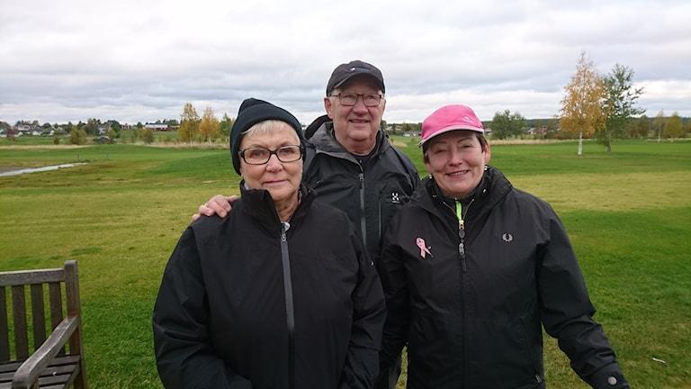 Veterangolfarna Gunnel Bergman, Börje Bäckman och Monica Lindmark står på golfbanan.