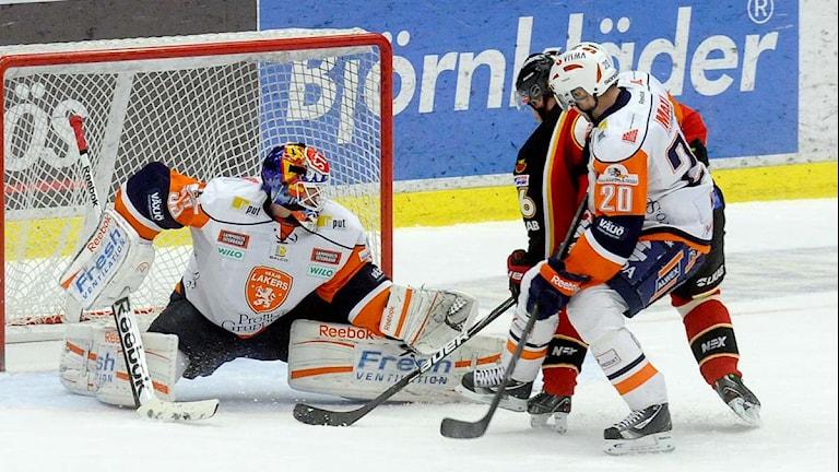 Luleå Hockeys Niklas Olausson i kamp framför Växjös målvakt Mattias Modig. Foto: Alf Lindbergh/Pressbilder.