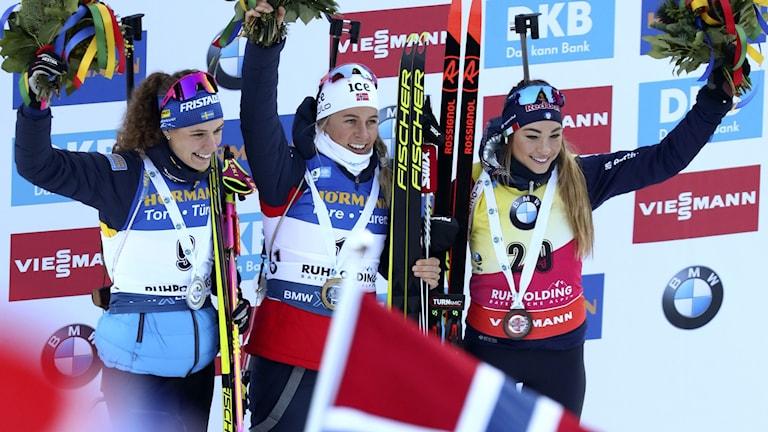 Hanna Öberg firar andraplatsen i världscupsprinten som vanns av norskan Tiril Eckhoff medan Dorothea Wierer från Italien blev trea.