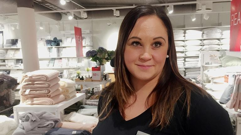 Marie Rova jobbar i en butik i Kiruna.