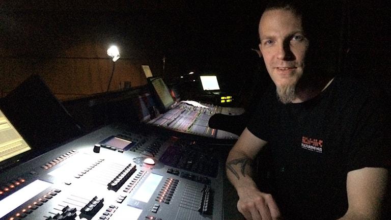 Ljud- och ljusteknikern Kaj Molin vid sitt mixerbord. Foto: Tova Nilsson/Sveriges Radio