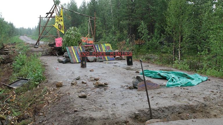 Efter att polisen rev den första blockaden har demonstranterna i Kallak nu byggt upp en ny. Foto: Linus Nygren/Sveriges Radio.