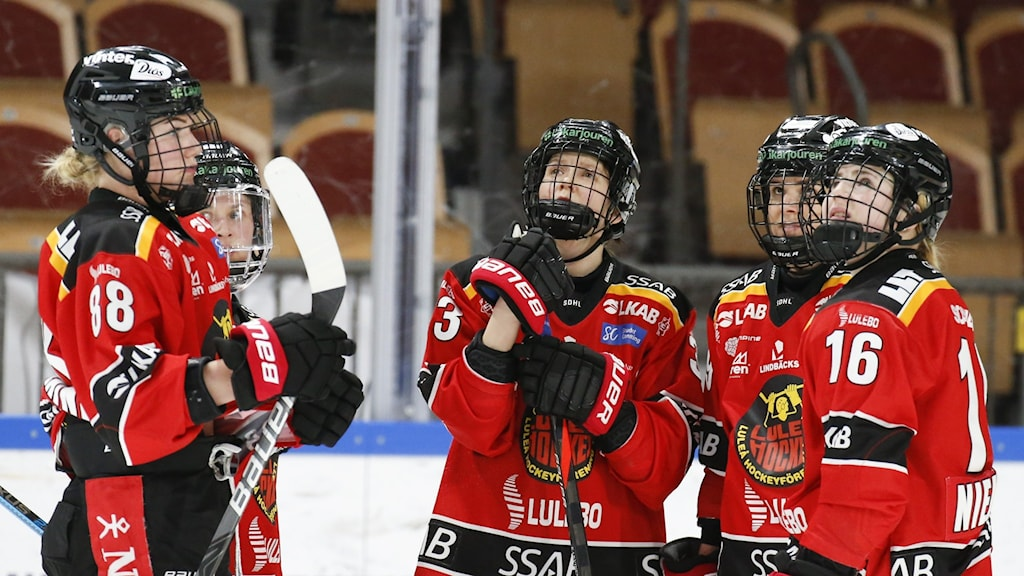 Luleås Ronja Savolainen, Michelle Karvinen och Petra Nieminen under ishockeymatchen i SDHL mellan Luleå och Brynäs den 1 mars 2020 i Luleå.