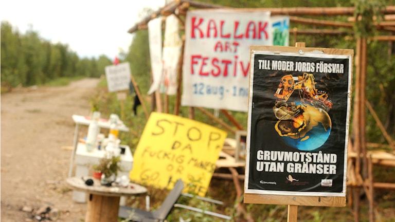 Demonstranterna i Kallak har satt upp ett läger brevid vägen som går till gruvområdet. Foto: Filip Hannu / Sveriges Radio.