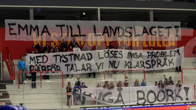 """Luleå/MSSK-fansens banderoller med texterna. """"Emma till Landslaget! Med tystnad löses inga problem därför talar vi nu klarspråk. Avgå Boork!"""""""