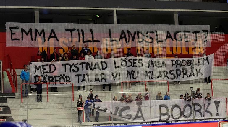 """Luleå/MSSK fansens banderoller med texterna. """"Emma till Landslaget! Med tystnad löses inga problem därför talar vi nu klarspråk. Avgå Boork!"""""""