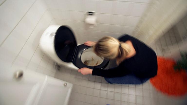 Kvinna spyr i toalettstol. Foto: Fredrik Sandberg / TT