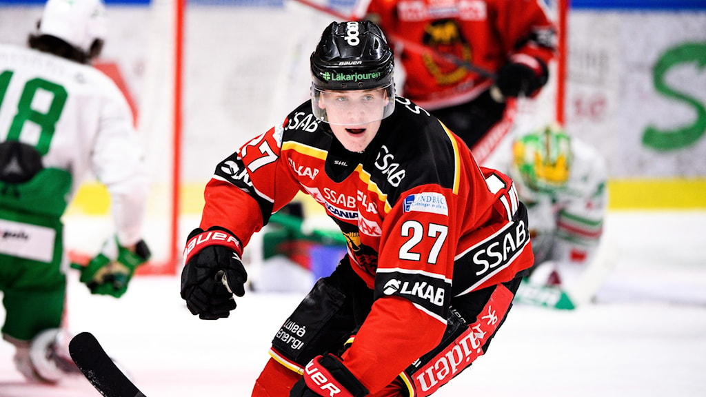 Nils Lundkvist jublar efter sin kvittering som gav Luleå ett poäng. Luleå förlorade efter straffar mot Rögle.
