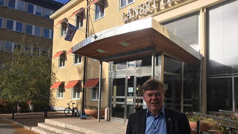 Norrbottens landshövding Björn O Nilsson framför sin nya arbetsplats länsstyrelsen.