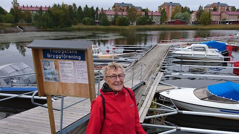 Göta Bohnsak står framför småbåtshamnen i Skurholmen.