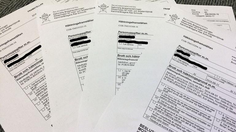 Dokument med häktningsframställningar i jaktbrottshärvan.